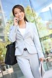 ασιατική τηλεφωνική γυναίκα επιχειρησιακών κυττάρων Στοκ εικόνες με δικαίωμα ελεύθερης χρήσης