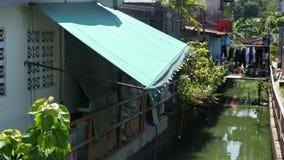 Ασιατική τρώγλη κοντά στο κανάλι Shabby σπίτια της χαρακτηριστικής ασιατικής τρώγλης που βρίσκεται κοντά στο μικρό κανάλι στην οδ απόθεμα βίντεο