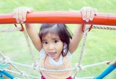 Ασιατική υπαίθρια παιδική χαρά παιχνιδιού κοριτσιών Στοκ Εικόνες