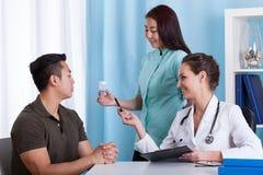 Ασιατική υπομονετική αναμονή για τα φάρμακα Στοκ Εικόνα