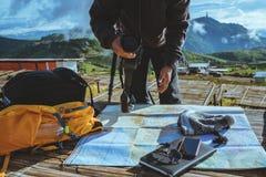 Ασιατική φύση ταξιδιού ατόμων Το ταξίδι χαλαρώνει Εξερευνήστε το χάρτη θέσης παίρνει τις φωτογραφίες στοκ φωτογραφία με δικαίωμα ελεύθερης χρήσης