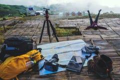 Ασιατική φύση ταξιδιού γυναικών Το ταξίδι χαλαρώνει Εξερευνήστε το χάρτη θέσης παίρνει τις φωτογραφίες στοκ φωτογραφία