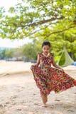 Ασιατική χαλάρωση κοριτσιών στο καλοκαίρι παραλιών στοκ φωτογραφία με δικαίωμα ελεύθερης χρήσης