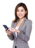 Ασιατική χρήση επιχειρηματιών του κινητού τηλεφώνου Στοκ φωτογραφία με δικαίωμα ελεύθερης χρήσης