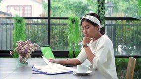 Ασιατική χρηματοδότηση και υπολογιστής εγγράφων εργασίας επιχειρησιακών γυναικών στο Υπουργείο Εσωτερικών της απόλαυση του βασικο απόθεμα βίντεο