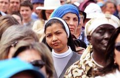 Ασιατική χριστιανική καλόγρια που περιβάλλεται από τις γυναίκες, ανθρώπινες φυλές Στοκ Εικόνα