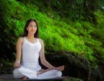 Ασιατική όμορφη γυναίκα που κάνει τις ασκήσεις γιόγκας στοκ φωτογραφία με δικαίωμα ελεύθερης χρήσης