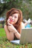 ασιατική όμορφη γυναίκα lap-top στοκ εικόνες