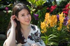 Ασιατική όμορφη νέα γυναίκα στον κήπο στοκ εικόνα