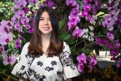Ασιατική όμορφη νέα γυναίκα στον κήπο στοκ εικόνα με δικαίωμα ελεύθερης χρήσης