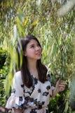 Ασιατική όμορφη νέα γυναίκα στον κήπο στοκ φωτογραφία με δικαίωμα ελεύθερης χρήσης