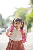 Ασιατική backpacking σχολική τσάντα σπουδαστών με την ευτυχία προσώπου χαμόγελου Στοκ Φωτογραφίες