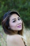 Ασιατικοί αμερικανικοί γυμνοί ώμοι πορτρέτου γυναικών υπαίθρια Στοκ Εικόνες