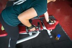 Ασιατικοί ανυψωτικοί αλτήρες γυναικών στην ικανότητα κατάρτισης βάρους - αθλητισμός και έννοια τρόπου ζωής Στοκ Εικόνα