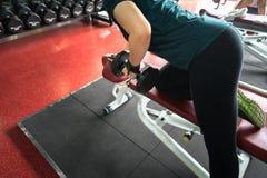 Ασιατικοί ανυψωτικοί αλτήρες γυναικών στην ικανότητα κατάρτισης βάρους - αθλητισμός και έννοια τρόπου ζωής Στοκ φωτογραφία με δικαίωμα ελεύθερης χρήσης