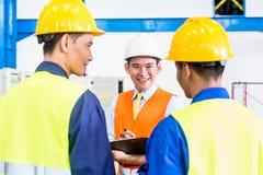Ασιατικοί βιομηχανικός εργάτης και μηχανικός ως ομάδα Στοκ Φωτογραφία