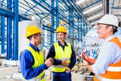 Ασιατικοί βιομηχανικός εργάτης και μηχανικός ως ομάδα Στοκ εικόνα με δικαίωμα ελεύθερης χρήσης