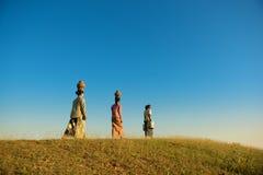 Ασιατικοί βιρμανοί παραδοσιακοί αγρότες ομάδας που περπατούν κατ' οίκον Στοκ Φωτογραφίες
