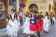 Ασιατικοί γαμήλιοι νύφες και νεόνυμφοι στην παλαιά πόλη της Πράγας στοκ φωτογραφία με δικαίωμα ελεύθερης χρήσης