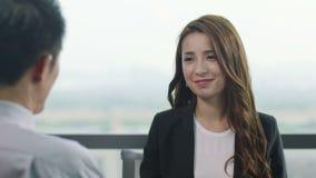 Ασιατικοί διοικητικοί συνεργάτες που συζητούν την επιχείρηση στην αρχή φιλμ μικρού μήκους