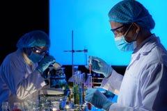 Ασιατικοί επιστήμονες που εργάζονται στη δημιουργία εμβολίων στοκ φωτογραφία με δικαίωμα ελεύθερης χρήσης