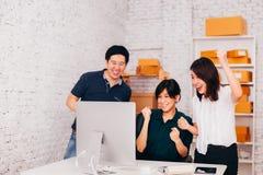 Ασιατικοί επιχειρηματίας και επιχειρησιακές γυναίκες που γιορτάζουν την επιτυχία στην αρχή στοκ εικόνα