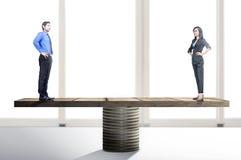 Ασιατικοί επιχειρηματίας και επιχειρηματίας που στέκονται balancer στοκ εικόνα με δικαίωμα ελεύθερης χρήσης