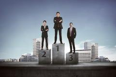 Ασιατικοί επιχειρηματίες που στέκονται στην εξέδρα Στοκ Φωτογραφία