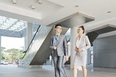 Ασιατικοί επιχειρηματίες στο σύγχρονο γραφείο στοκ φωτογραφία με δικαίωμα ελεύθερης χρήσης