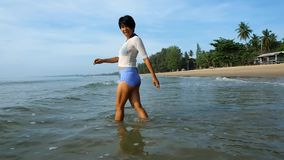 Ασιατικοί θηλυκοί περίπατοι στη θάλασσα απόθεμα βίντεο