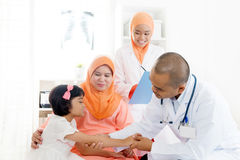 Ασιατικοί ιατρός και ασθενής στοκ φωτογραφία