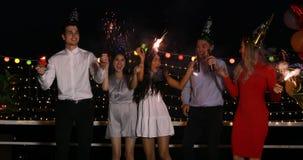 Ασιατικοί και καυκάσιοι λαοί που παίζουν τα sparklers φιλμ μικρού μήκους