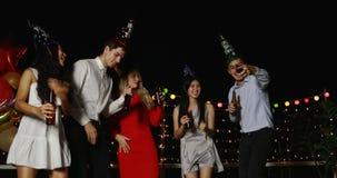 Ασιατικοί και καυκάσιοι λαοί που χορεύουν και selfie απόθεμα βίντεο