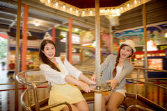 Ασιατικοί κινεζικοί σπουδαστές που πηγαίνουν στο λούνα παρκ Στοκ Εικόνα
