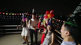 Ασιατικοί λαοί και καυκάσιος χορός ανθρώπων στο κόμμα απόθεμα βίντεο