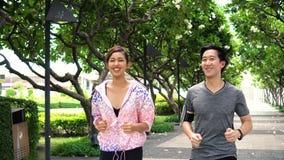 Ασιατικοί λαοί που τρέχουν στο πάρκο απόθεμα βίντεο