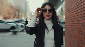 Ασιατικοί περίπατοι γυναικών κατά μήκος της πόλης σε eyewear απόθεμα βίντεο
