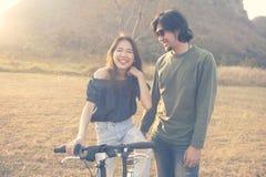 Ασιατικοί πιό νεαρός άνδρας και γυναίκα που γελούν και που χαλαρώνουν υπαίθριοι Στοκ φωτογραφία με δικαίωμα ελεύθερης χρήσης