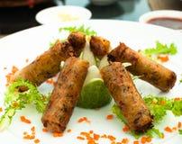 Ασιατικοί ρόλοι άνοιξη για το μεσημεριανό γεύμα Στοκ Φωτογραφία