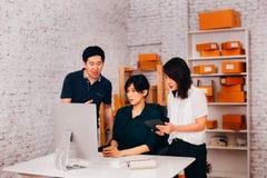Ασιατικοί συνάδελφοι που συζητούν το επιχειρησιακό πρόγραμμα στοκ φωτογραφίες με δικαίωμα ελεύθερης χρήσης