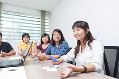 Ασιατικοί συνάδελφοι συνεργασίας δωματίων συνεδρίασης της ομάδας επιχειρηματιών Στοκ Φωτογραφία