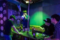 Ασιατικοί τουρίστες που έχουν τη διασκέδαση σε ένας από τους φραγμούς σε Vang Vieng, Λάος Στοκ Φωτογραφίες