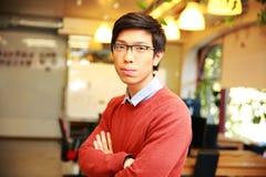 Ασιατικός άνδρας σπουδαστής με τα όπλα που διπλώνονται Στοκ φωτογραφία με δικαίωμα ελεύθερης χρήσης