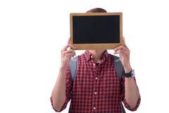 Ασιατικός άνδρας σπουδαστής που καλύπτει το πρόσωπό του με έναν πίνακα κιμωλίας Στοκ εικόνα με δικαίωμα ελεύθερης χρήσης