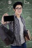 Ασιατικός άνδρας σπουδαστής που παρουσιάζει κινητό τηλέφωνο Στοκ φωτογραφία με δικαίωμα ελεύθερης χρήσης