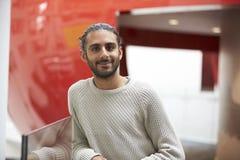 Ασιατικός άνδρας σπουδαστής στο σύγχρονο πανεπιστημιακό κτήριο, πορτρέτο Στοκ φωτογραφία με δικαίωμα ελεύθερης χρήσης