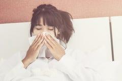Ασιατικός άρρωστος ύπνος γυναικών στο άσπρο μαξιλάρι στο κρεβάτι στοκ εικόνες με δικαίωμα ελεύθερης χρήσης