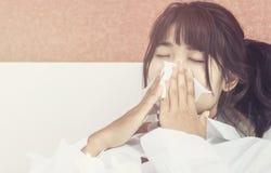 Ασιατικός άρρωστος ύπνος γυναικών στο άσπρο μαξιλάρι στο κρεβάτι στοκ φωτογραφίες