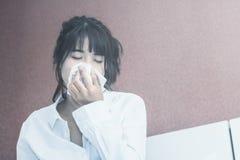 Ασιατικός άρρωστος ύπνος γυναικών στο άσπρο μαξιλάρι στο κρεβάτι στοκ εικόνα