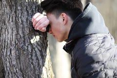 Ασιατικός έφηβος αγοριών στη φύση Στοκ εικόνα με δικαίωμα ελεύθερης χρήσης